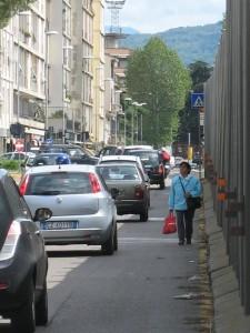 10. Via Buonsignori, a piedi in mezzo al traffico, 1