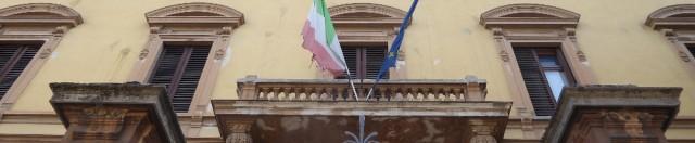 Giù all'alba a Firenze parte dei maestosi pini di piazza della Vittoria